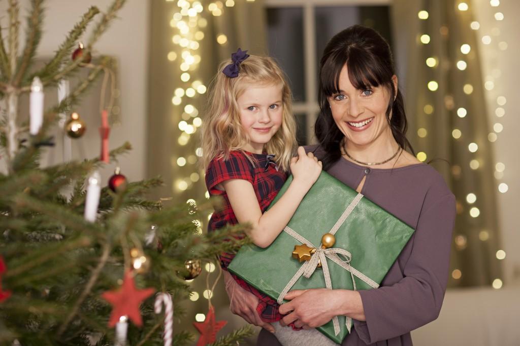 Božični portret v višini portretirank z okrašenim drevesom