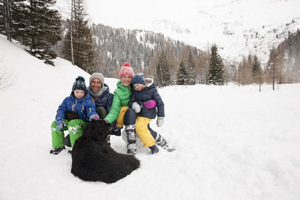 Družinski portret s psom v zimskem času