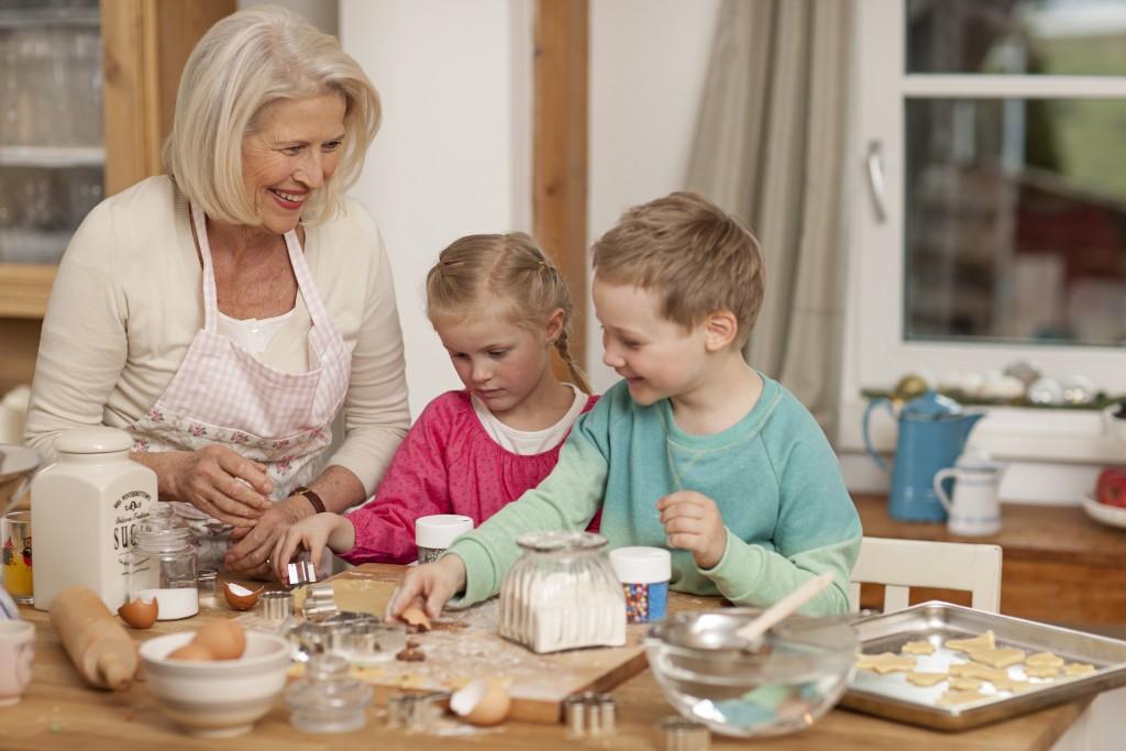 Pečenje piškotov v božičnem času v družinskem krogu