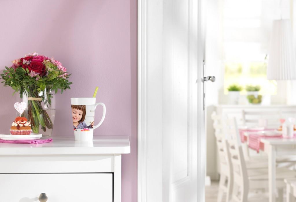 Latte skodelica z lastno fotografijo, vaza s šopkom, na omari
