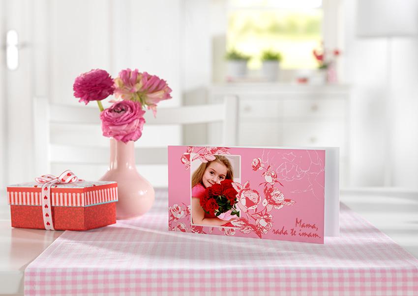 voščilnica ob materinskem dnevu z lastno footgrafijo, darilan škatla, vaza s šopkom rož