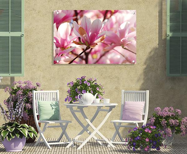Foto za akrilom - stenski dekor na terasi z mizo, stolicami, rožami