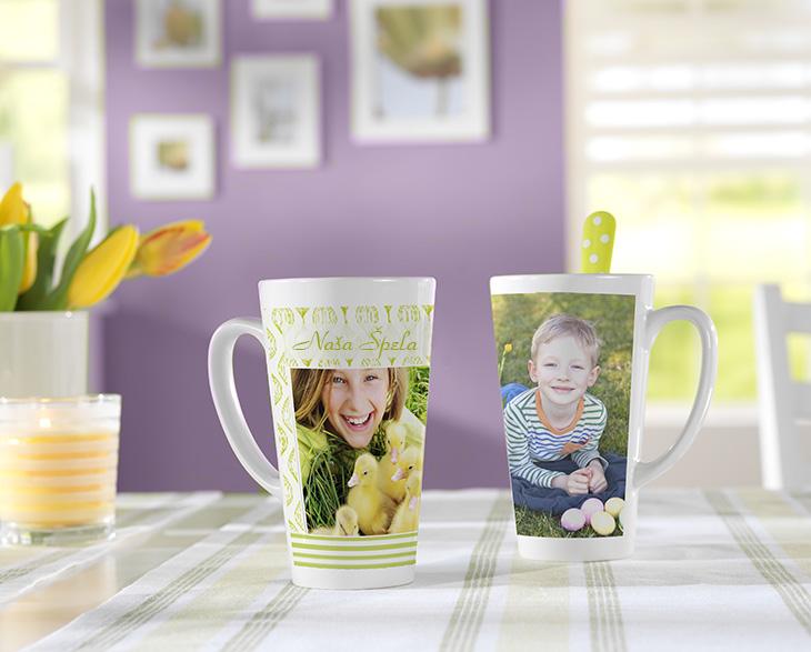 Velika latte skodelica z lastno fotografijo s tulipani