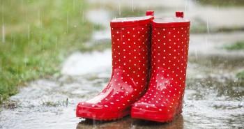 Rdeči gumijasti škornji z belimi pikami