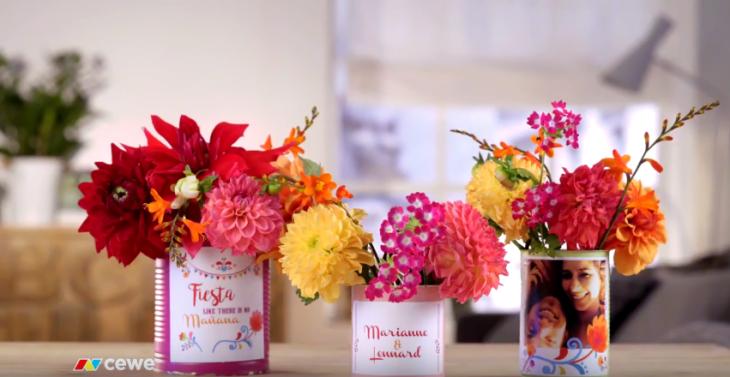 vaza iz pločevinke in foto nalepke s pisanim cvetjem