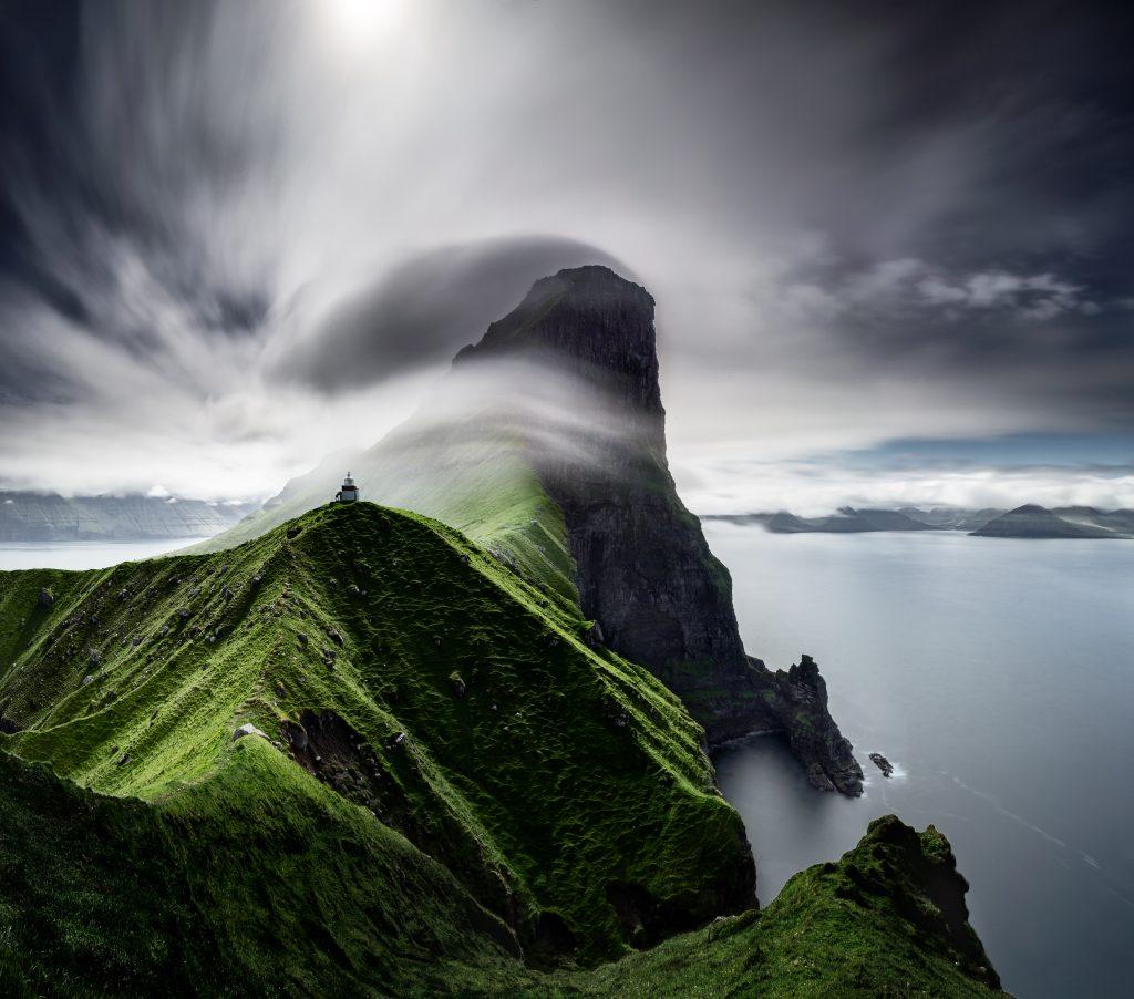 Klif na Ferskih otokih, meglica, zelena trava, morje