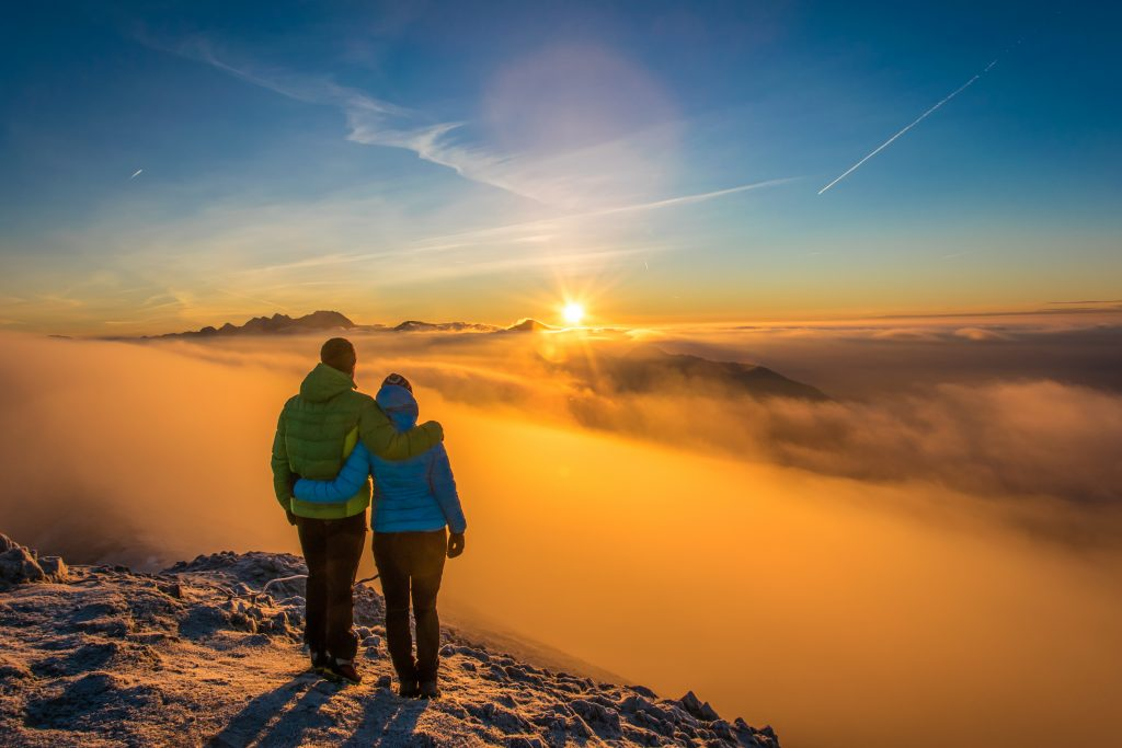 jutranji vzhod sonce, dvojica - moški in ženska v objemu, meglica, gore, sončni vzhod