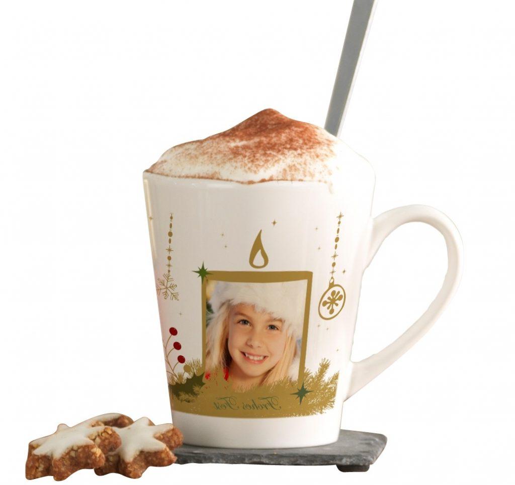latte bela skodelica s portretom deklice in piškotki