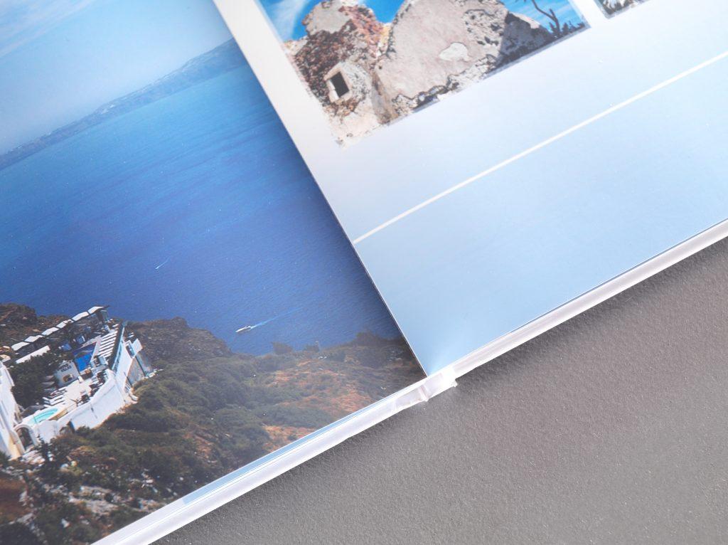 odprta knjiga s fotografijami z morja