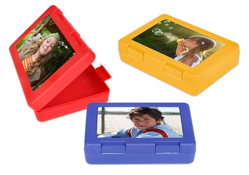 rdeča, rumena in modra plastična posoda za malico z lastno fotografijo