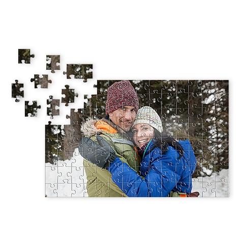 mlad par v zasneženi pokrajini na puzzlah