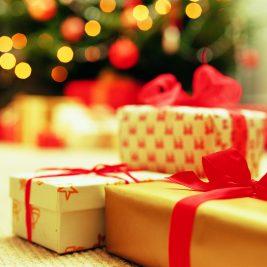 zavita darila v zlat papir in z rdečo pentljo