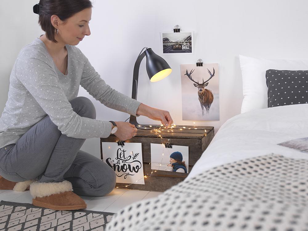 fotografije in lučke n anočni omarici v spalnici
