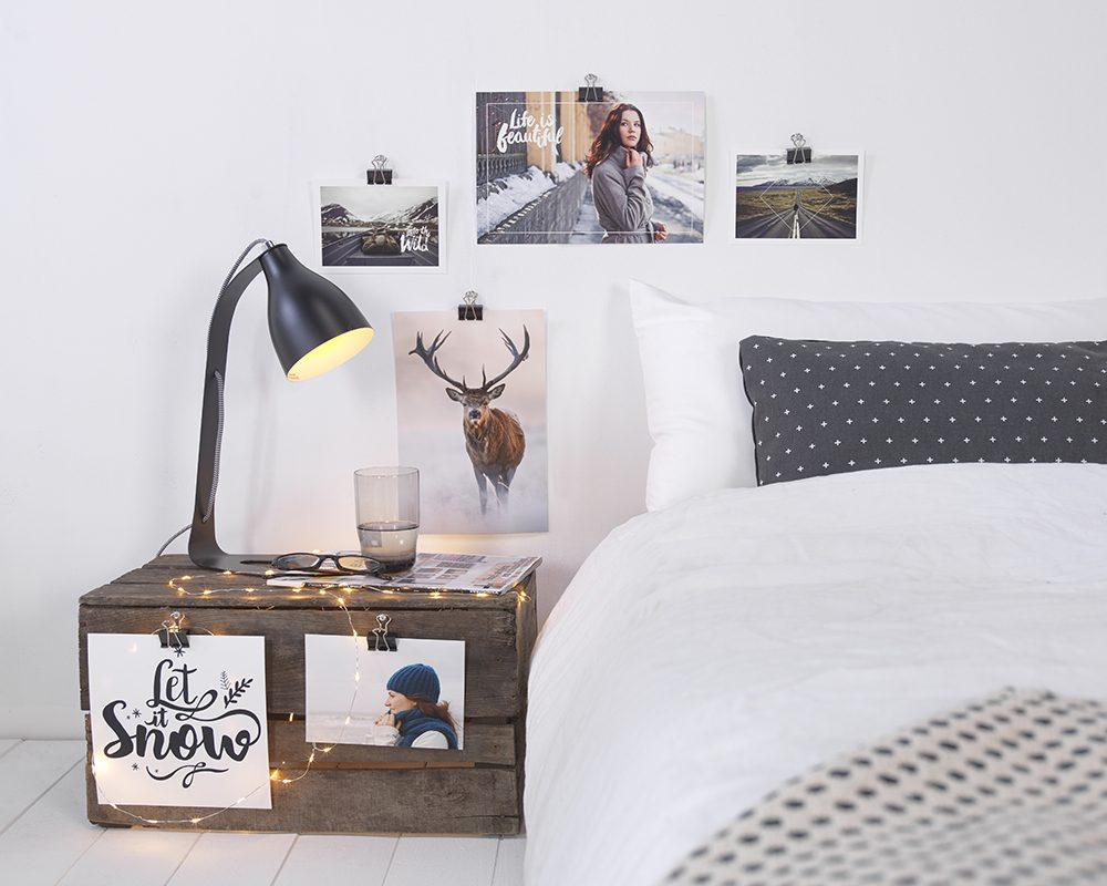 fotografije art ob postelji in na nočni omarici z lučkami
