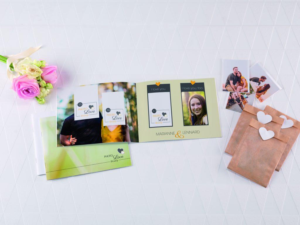 Fotoknjiga z dodanimi fotonalepkami v posebnem priloženem paketku