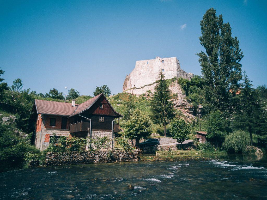 Hiša ob vodi, zadaj trdnjava