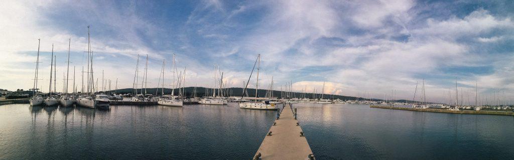 Morska panorama z jadrnicami