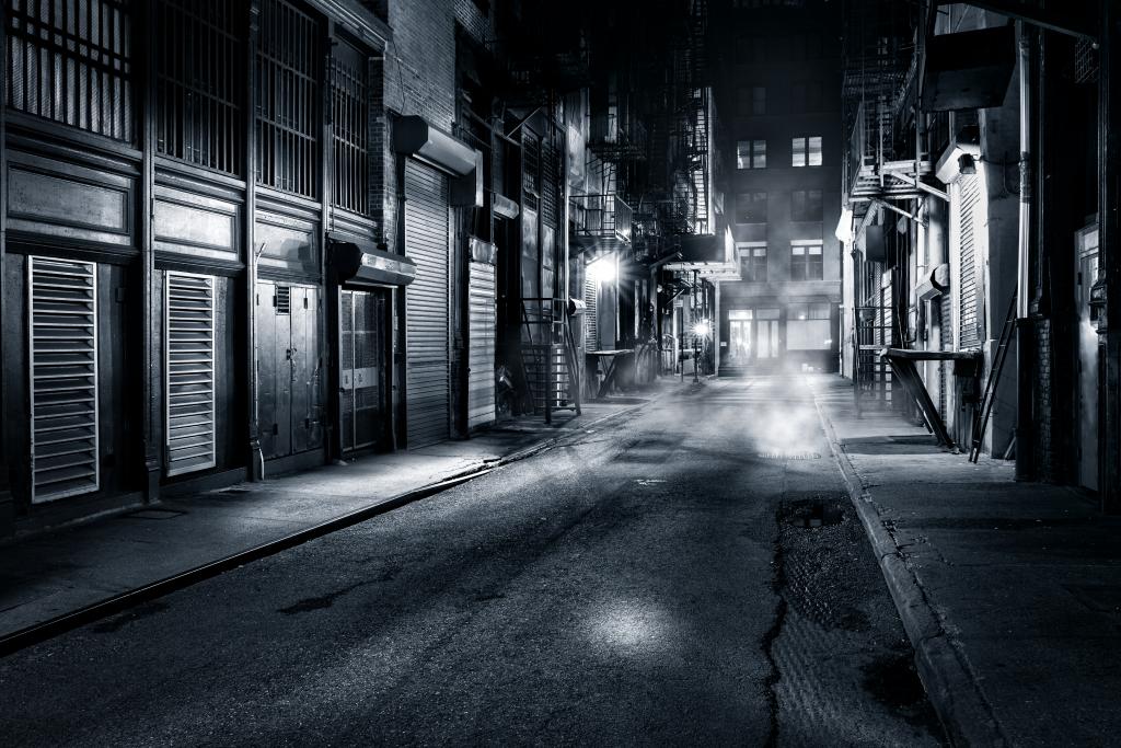Nočna črno-bela fotografija ulice