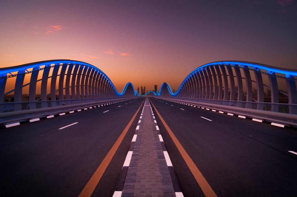 Nočna fotografija - simetrija, most, cesta